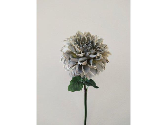 umela-kvetina-jirina-bila-zasnezena