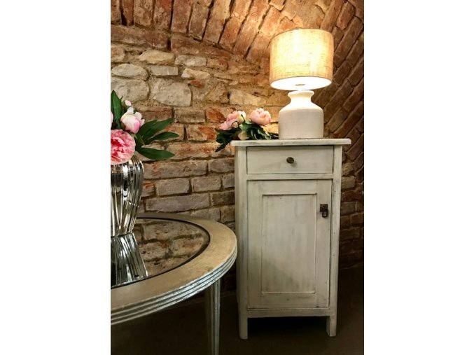 Noční bílý stolek ve stylu Provence