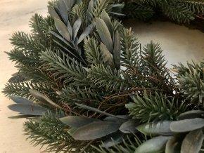 umela-dekorace-venec-s-listky-eukalyptu-40cm