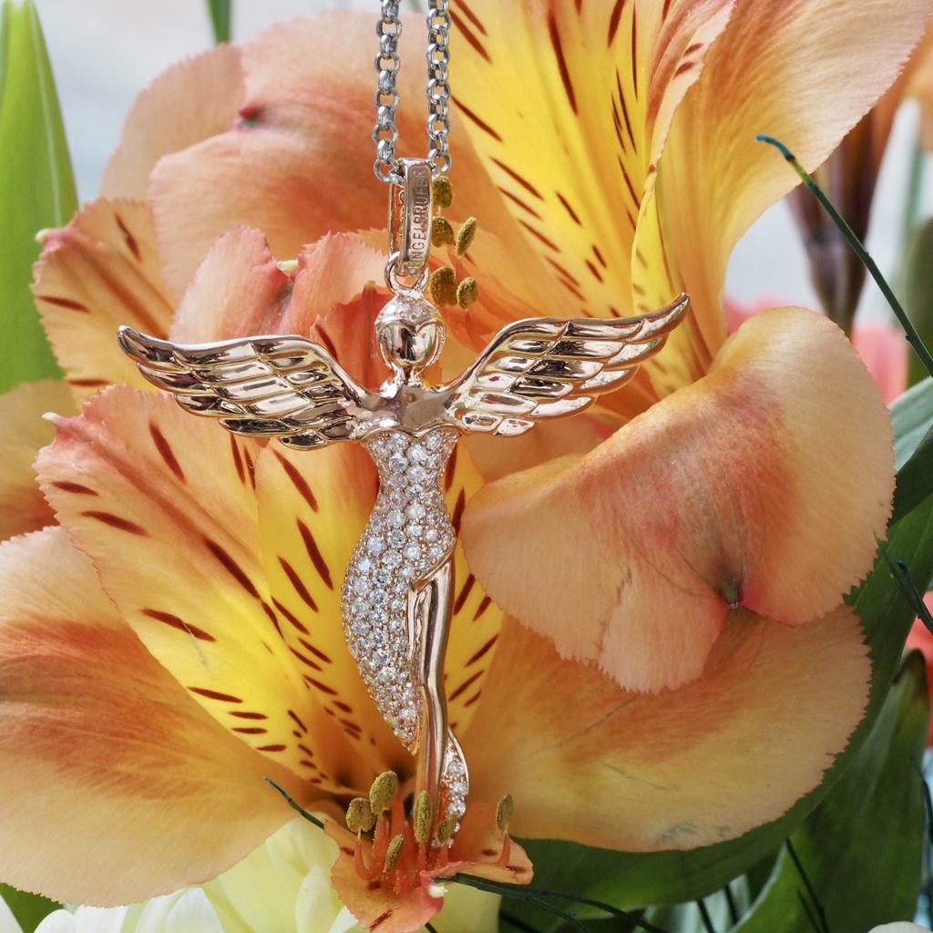 Láska prechádza šperkom.