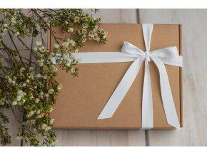 Přírodní dárková krabička s bílou matnou stuhou