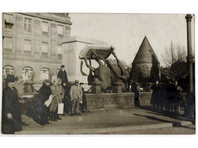 Vilém I. Pruský - stržení jezdecké sochy