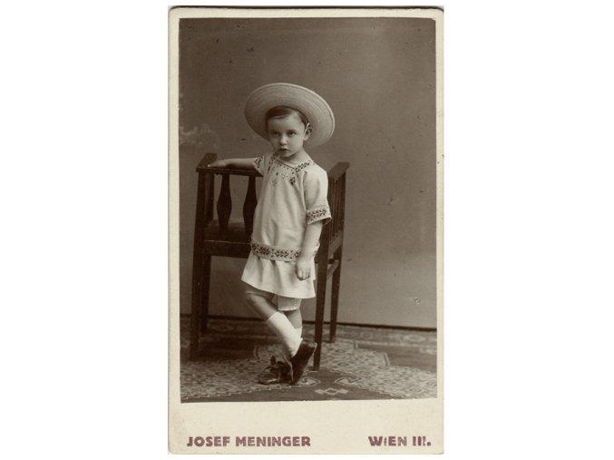 Děvčátko v klobouku