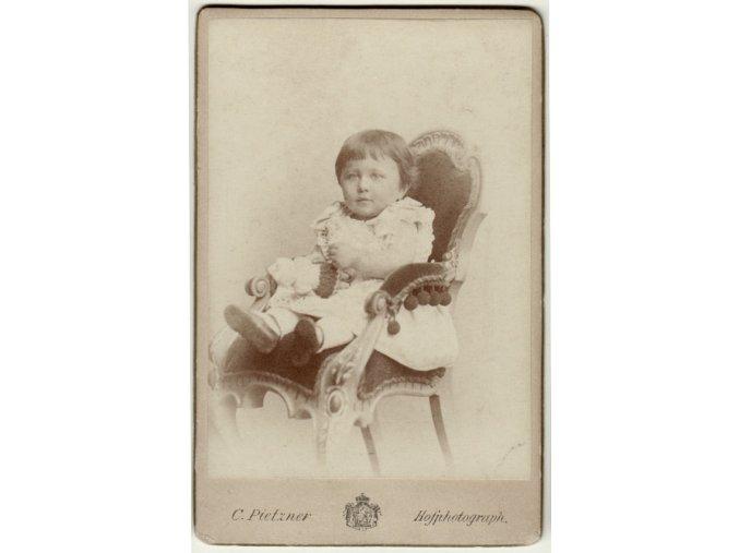Dítě s panenkou