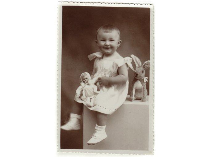 Děvčátko, zajíček a panenka