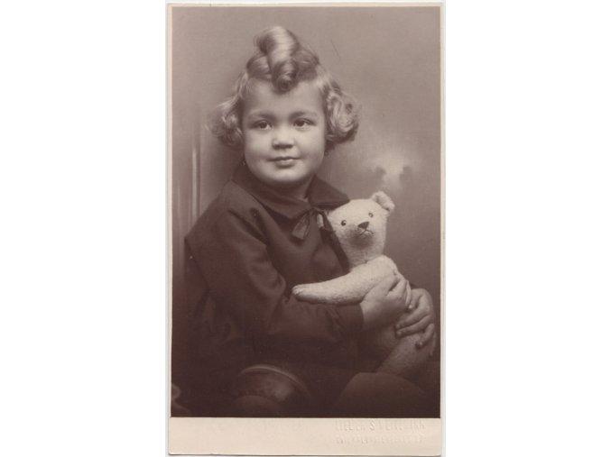 Děvčátko s medvídkem