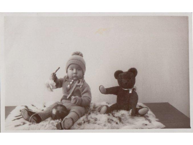 43 233 chlapecek s medou a micem