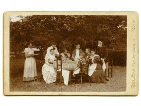 Rodinný piknik na zahradě