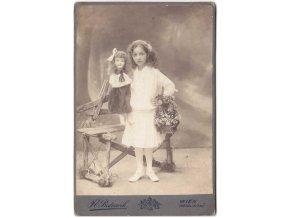 Děvčátko s panenkou