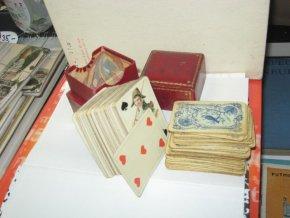 Staré hrací karty v kožené zlacené krabičce