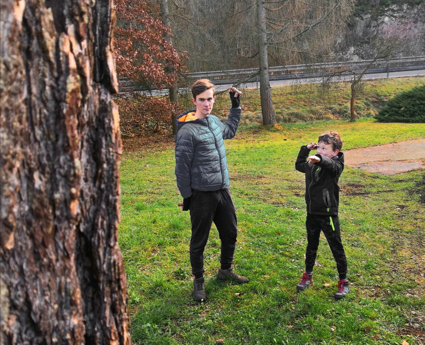 sova míření a házení na strom