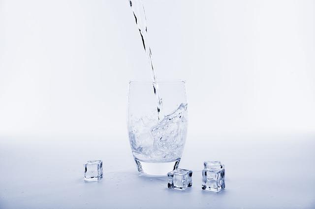 Je lepší pít vodu vlažnou, nebo chlazenou?