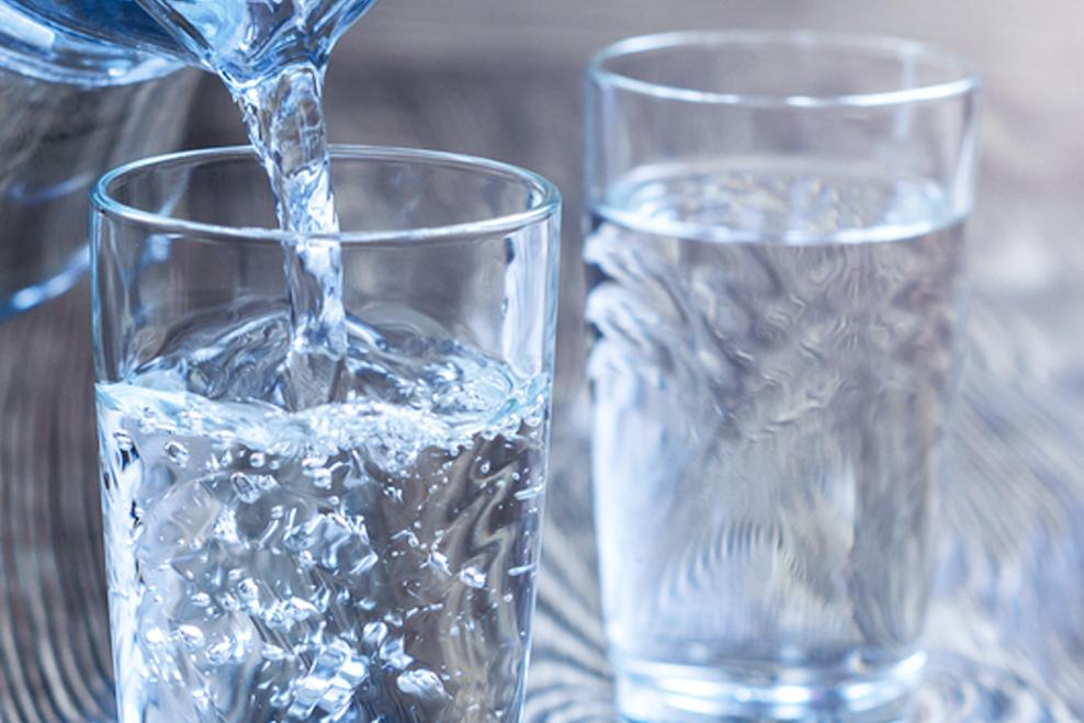 Je zdravšia voda s bublinkami alebo bez?