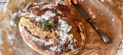 Příprava chleba v domácí pekárně nebo v troubě
