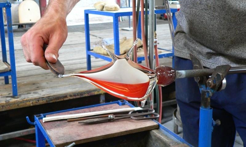 Skláři tvarují všechny výrobky ručně pomocí dřevených a kovových pomůcek.