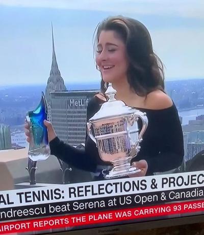 V roce 2019 obdržela vítězka US OPEN Bianca Andreescu náš skleněný výrobek. To se nám povedlo díky spolupráci s americkou rodinnou firmou s licencí na PGA Tour a US OPEN.
