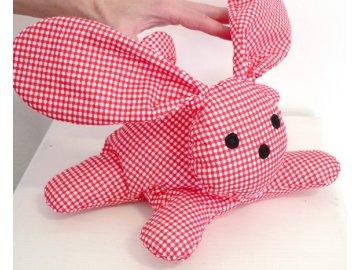 maňásek králík červený