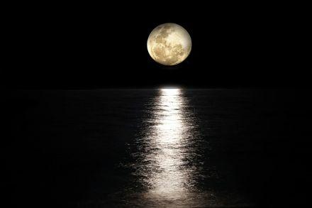 Večerní uvolnění s pozdravem měsíce - Chandra namaskar