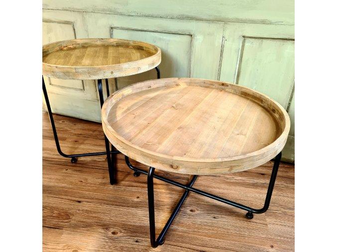 Dřevěný stůl na kovových nohách
