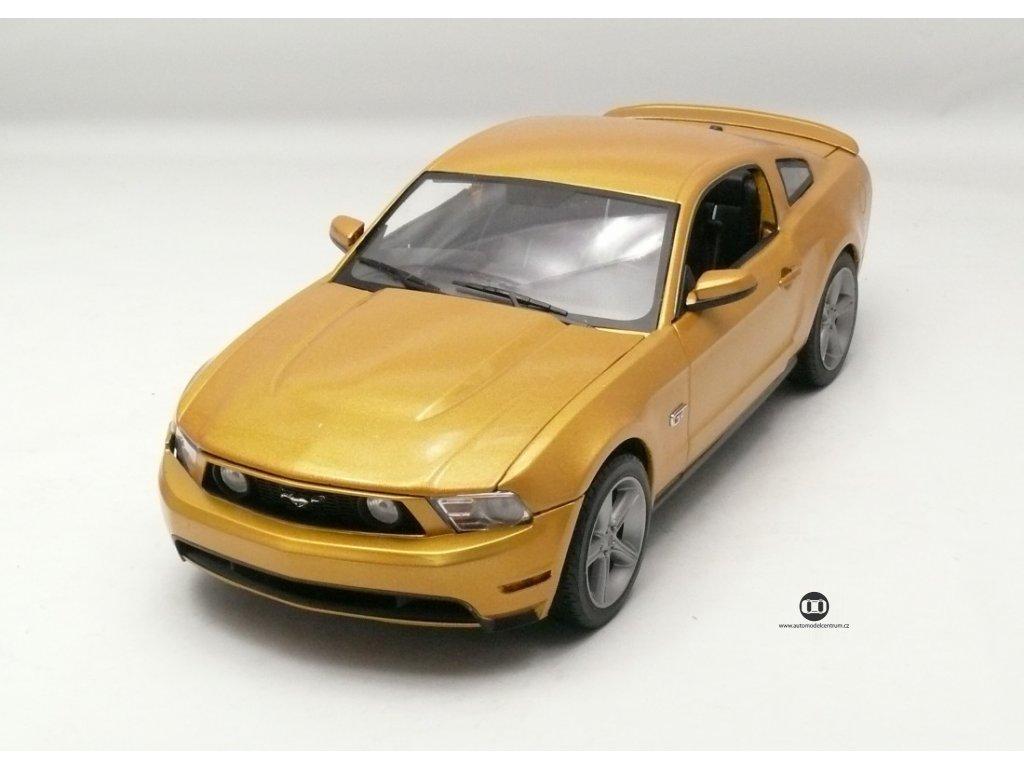 Ford Mustang GT 2010 zlatá 1:18 Greenlight