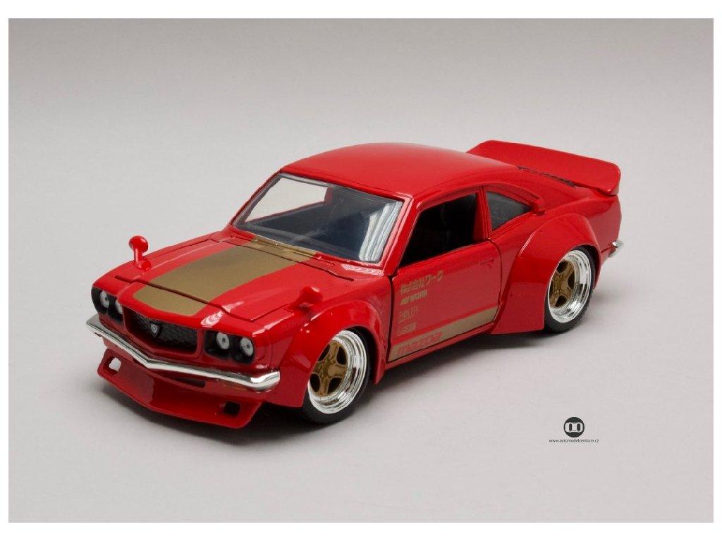 Mazda RX 3 1974 cervena zlaty pruh kapoty 1 24 Jada Toys 30718 01
