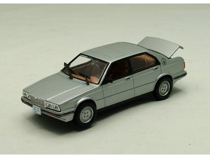 Maserati Biturbo 425 Bond 007 stribrna 1 43 Universal Hobbies 01