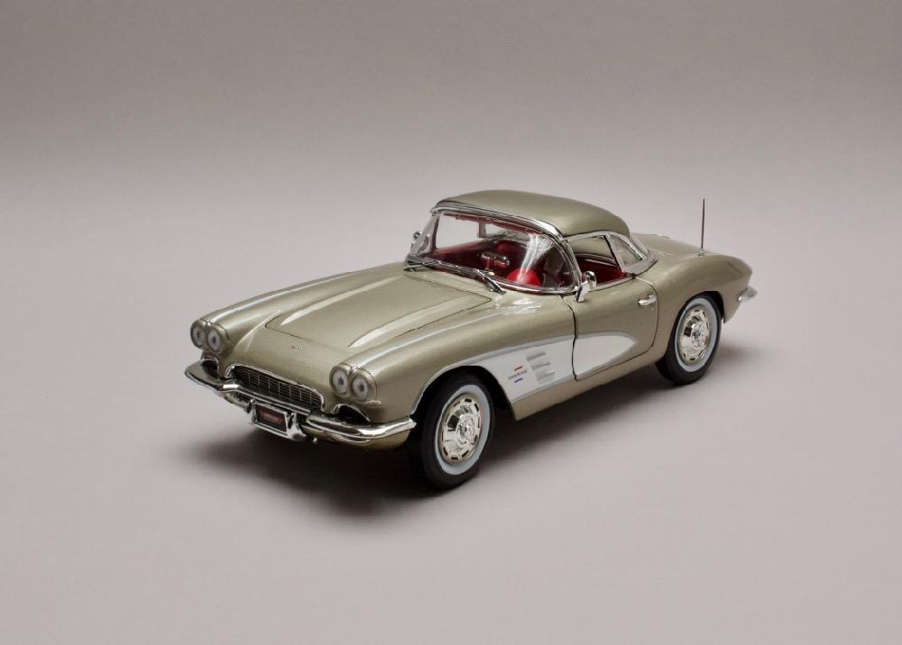 Chevrolet Corvette 1961 zlatá-bílá 1:18 Auto World