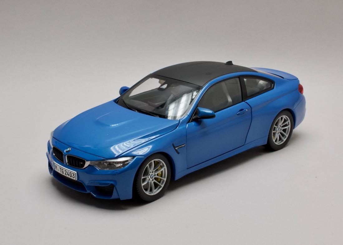 BMW M4 F82 Coupé 2015 modrá 1:18 Paragon