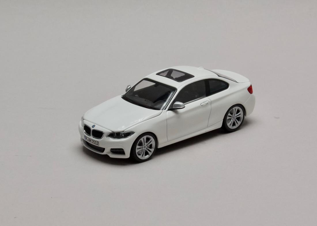 BMW 2 Series Coupé (F22) bílá 1:43 Minichamps
