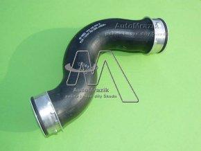 automrazik 1K0145832B Hadice tlaková od chladiče nasávaného vzduchu Octavia II, Superb II 1.9 TDi