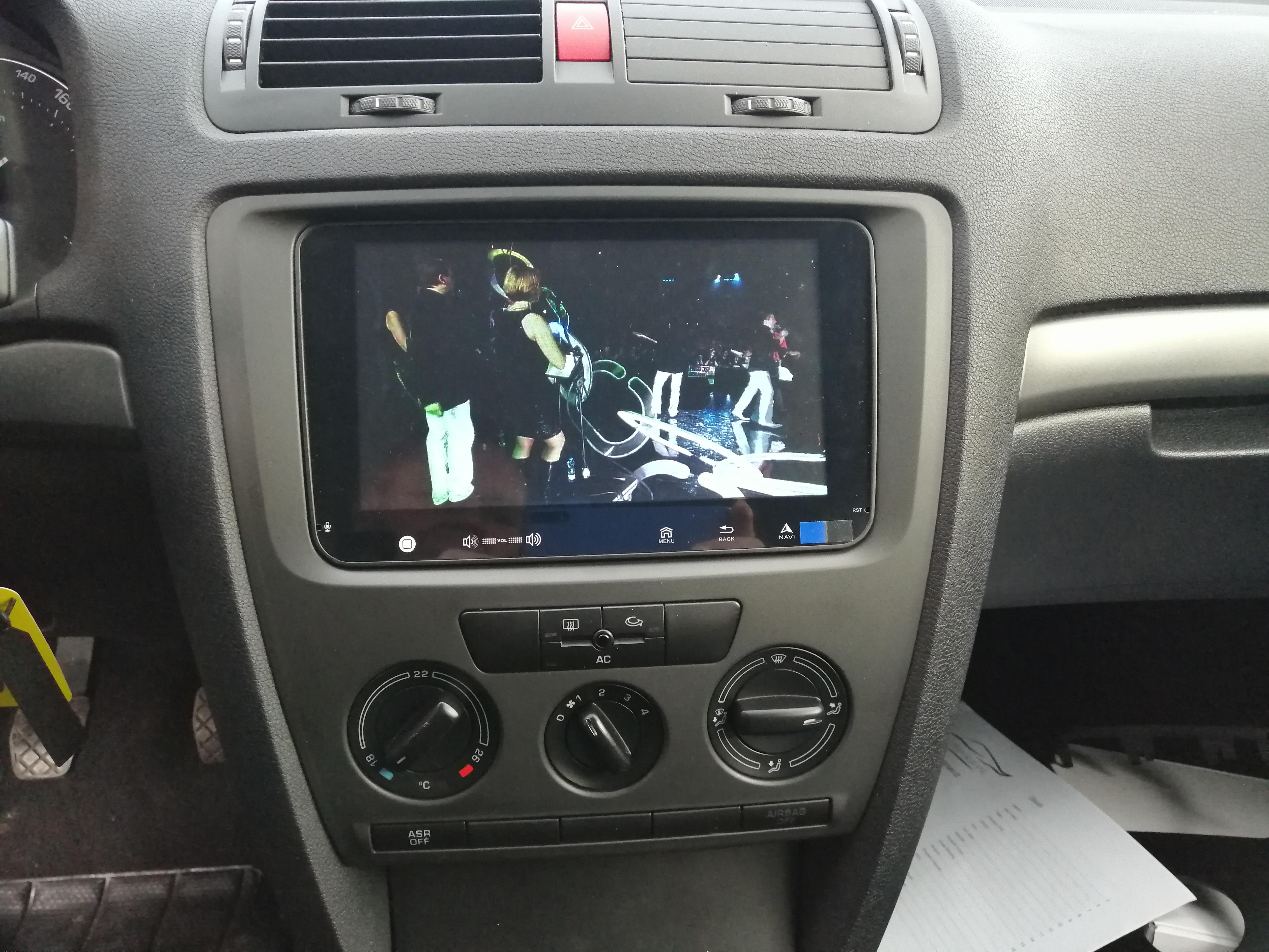 Montáž navigace do VW Touran 2008