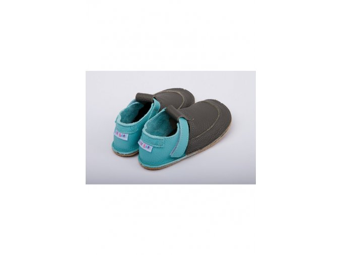1503 baby bare shoes outdoor foggy