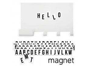 Magnetická tabule s věšákem a černými písmeny