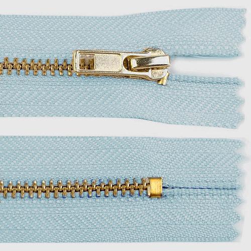 Zip kovový nedělitelný 18 cm světle modrý ZKON18SM