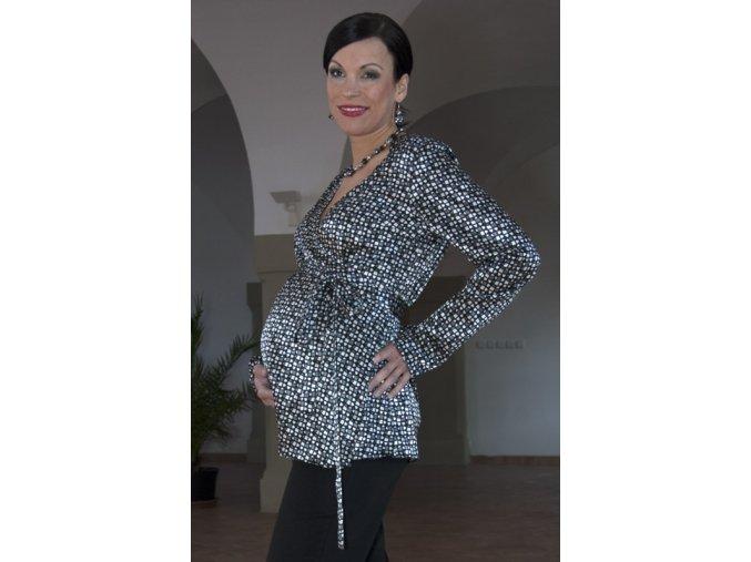Zavinovací společenská těhotenská halenka s abstraktním šedo bílo černým vzorem.