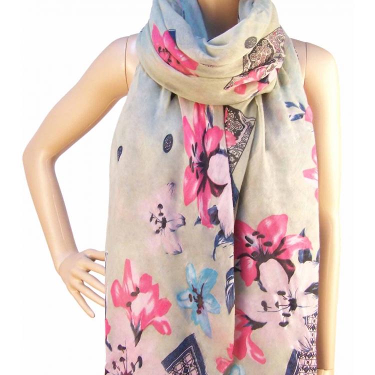 Šedý šátek s motivem květin