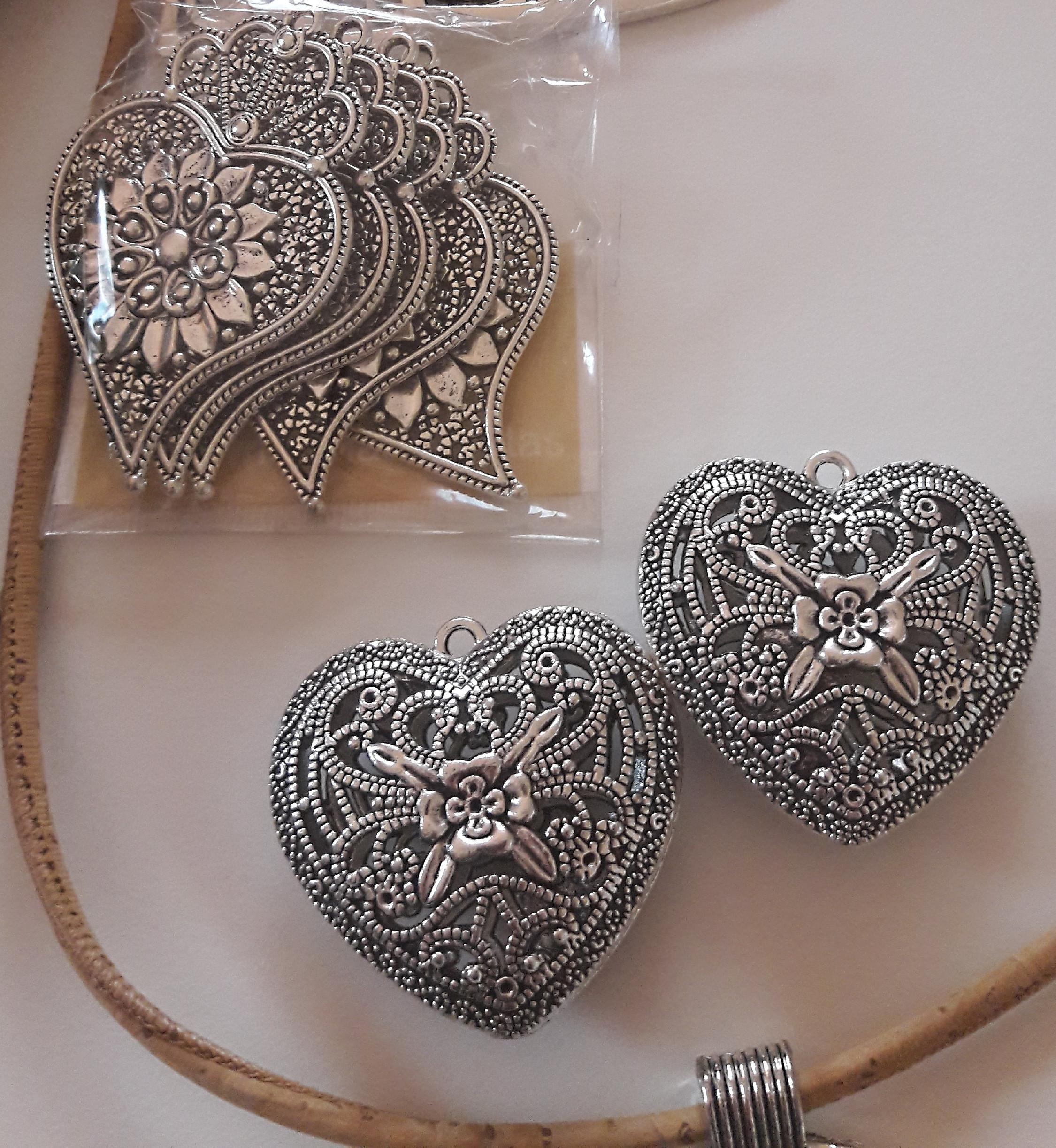 přívěšky, náhrdelníky, brože