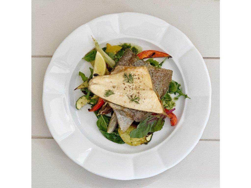 Pstruh, pečená zelenina, salát