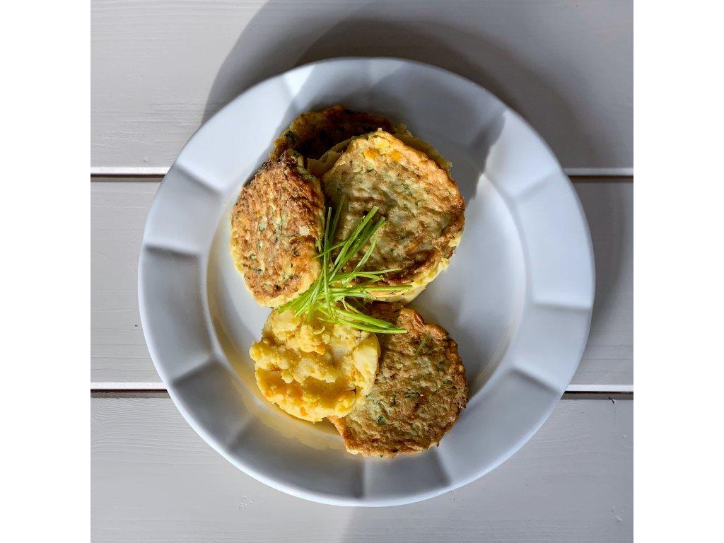 400g Placičky s bio cuketou, šťouchané brambory s dýní, zakysaná smetana s bylinkami