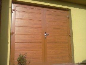 Dvoukřídlá hliníková garážová vrata Kružík zateplená dekory dřeva šířky 2375-2500 a výšky 2150 mm.Záruka 5 let  (Barva zlatý dub, tmavý dub NUSSBAUM /ořech/)