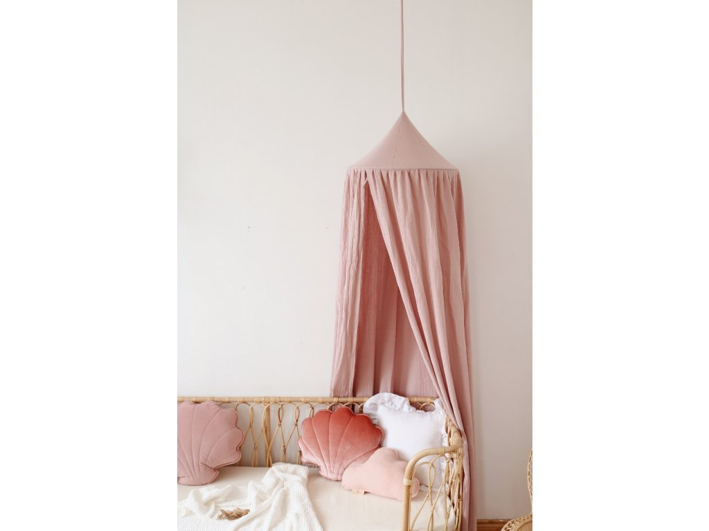 Růžový bavlněný baldachýn nad postýlku