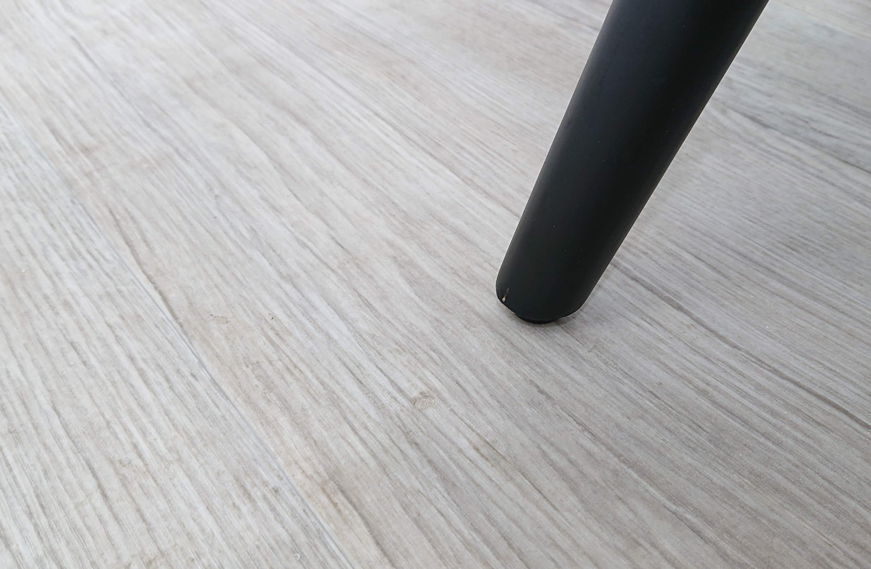 Na našem e-shopu BAZARMS-HK naleznete fotografie produktů i včetně jeho poškození (pokud nějaké má)