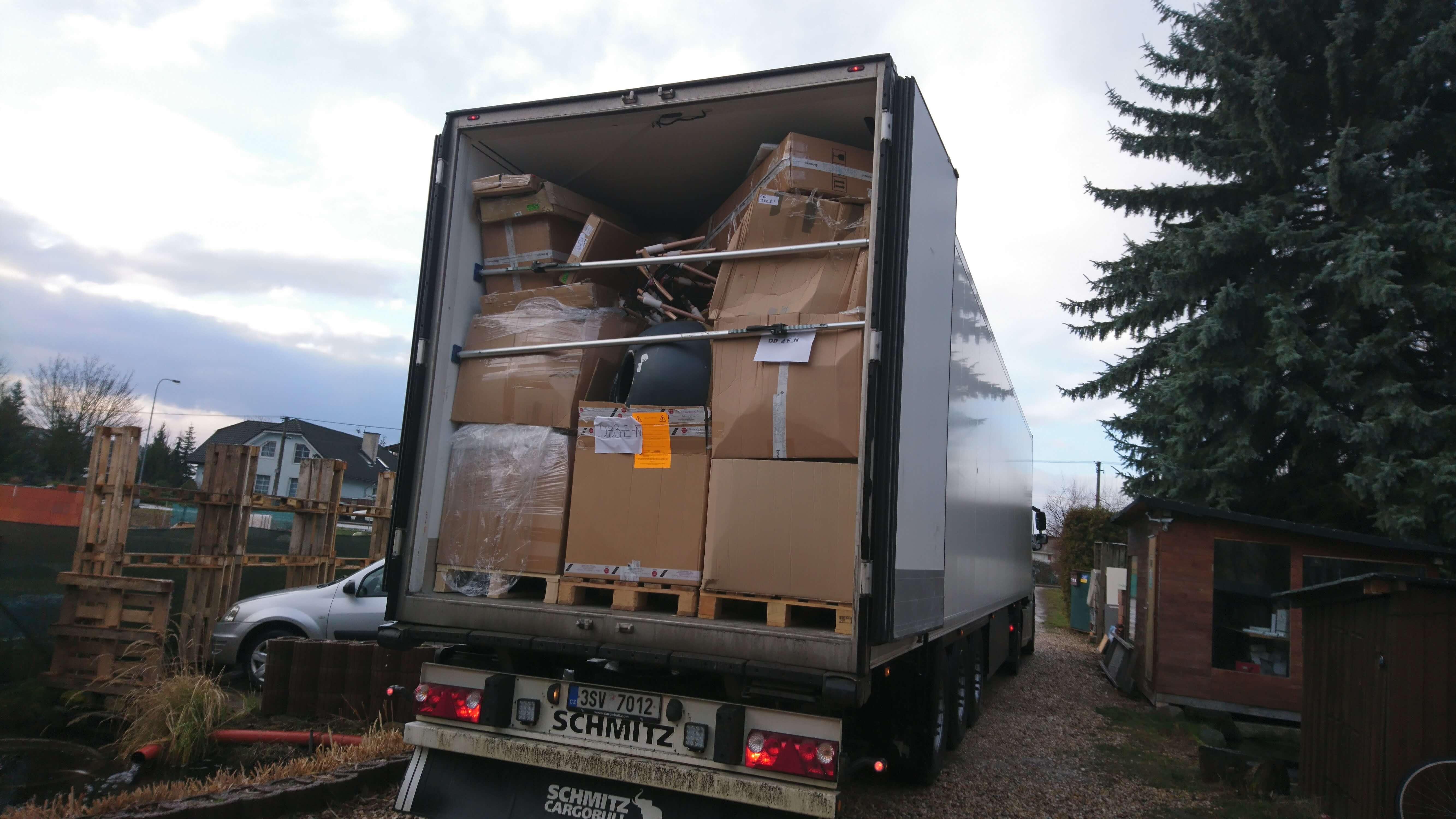 Příjezd kamionu s poškozenými produkty o hmotnosti více než 15 tun