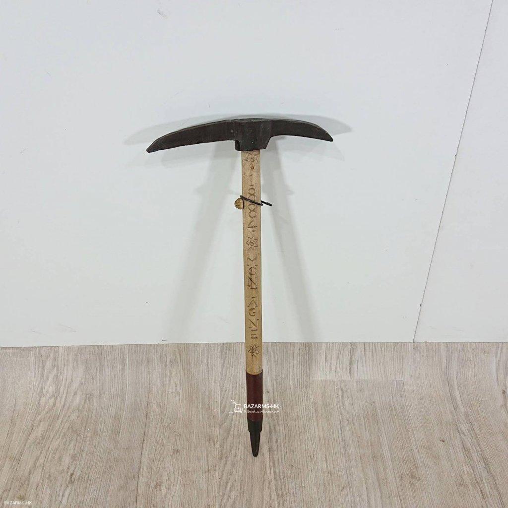 Dřevěná dekorace ve tvaru cepínu Antic L