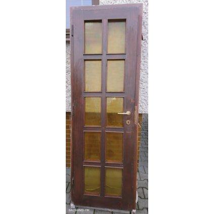Masivní dřevěné dveře se zárubní