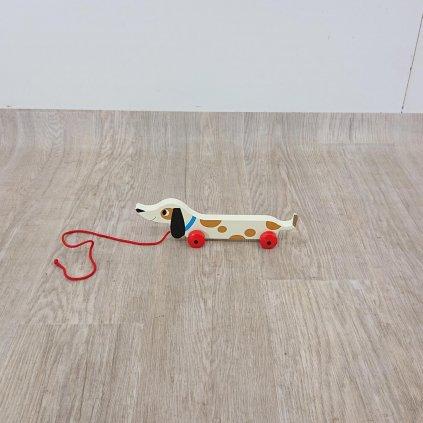 Dřevěný tahací jezevčík Rex London Charlie The Sausage Dog, délka 31,5 cm