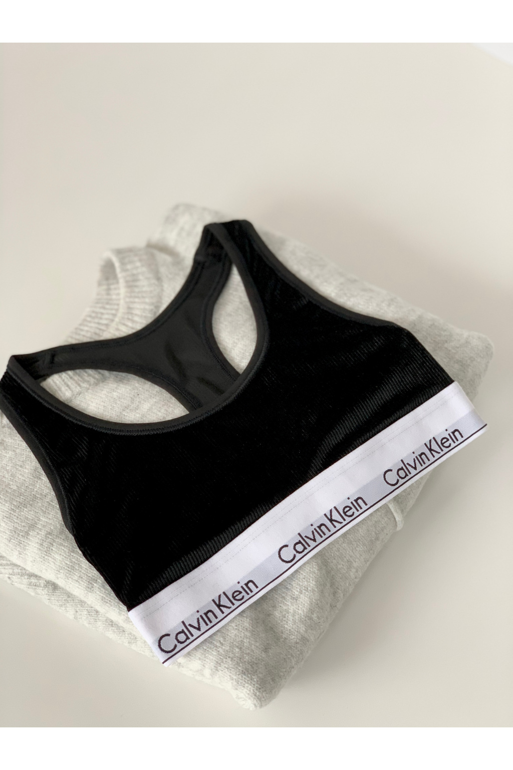 Calvin Klein sametová podprsenka - černá