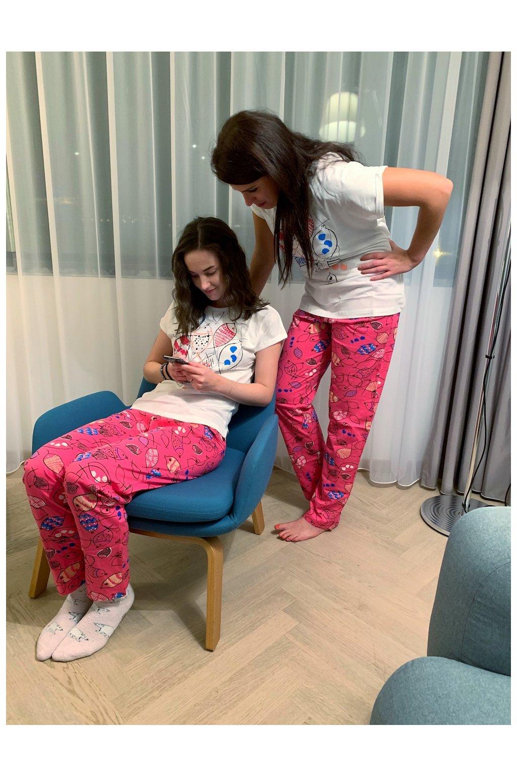 Dívčí pyžamo dlouhé, bíle s rybami s dcerou