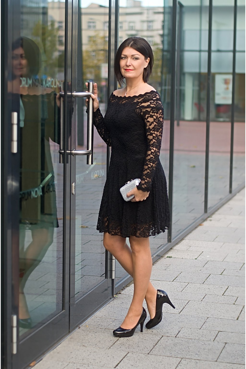 Krajkové šaty Coco s odhaleným dekoltem černé 9