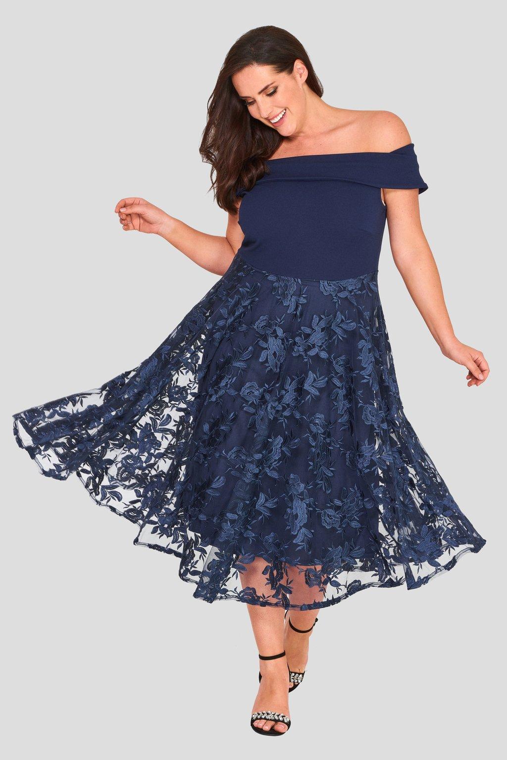Romantické šaty Lavish s krajkovou sukní tmavě modré 1